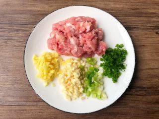 麻婆豆腐,把瘦肉清洗干净炖成肉末,生姜和蒜头去皮清洗干净切末,葱清洗干净切成葱花。