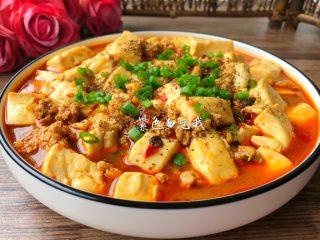 麻婆豆腐,豆腐煮好盛入盘里,撒上适量<a style='color:red;display:inline-block;' href='/shicai/ 12043/'>花椒粉</a>和葱花,即可开吃,麻辣鲜香,简直是米饭的克星。