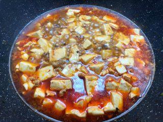 麻婆豆腐,加入焯好水的豆腐,中火煮10分钟,至豆腐入味。
