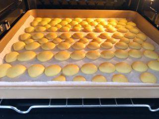 蛋黄饼干,烤好就可以出炉了。