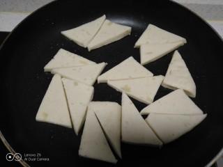 蒜苗炒千叶豆腐,锅中放入适量油,放入千页豆腐。