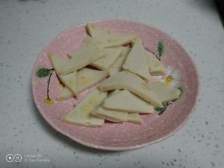 蒜苗炒千叶豆腐,盛出。