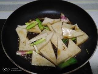 蒜苗炒千叶豆腐,加入拌好的甜面酱汁。