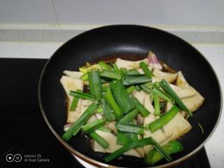 蒜苗炒千叶豆腐,加入蒜苗叶。