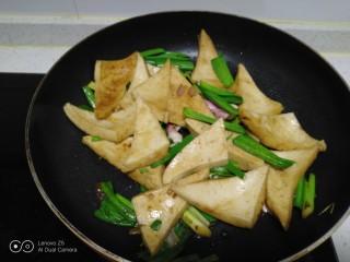 蒜苗炒千叶豆腐,翻炒均匀。