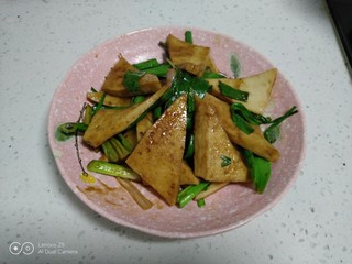蒜苗炒千叶豆腐,盛入盘中。