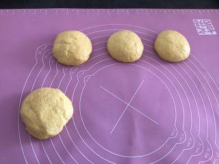 香甜松软玉米饼,均匀的分成四等分备用。