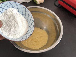 香甜松软玉米饼,首先把玉米面,普通面粉放入盆里