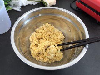香甜松软玉米饼,搅拌成面絮,至盆里没有干面粉为止。