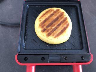 香甜松软玉米饼,加热至加热灯灭掉,闻到香味,大约需要3-4分钟就做好了,香甜的玉米饼出锅了。