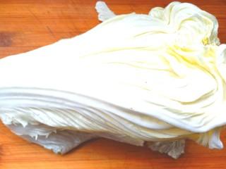 耗油木耳炒白菜,取白菜叶清洗干净