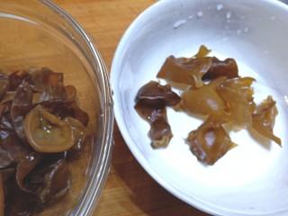 耗油木耳炒白菜,木耳泡发好清洗干净,摘去根,撕成小块