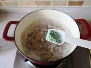 简单快手的萝卜羊肉汤,煮开后加入味精。