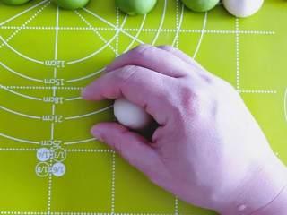 青蛙手撕馒头,包好馅料后的面胚,如图放在手里,画圈,就能得到一个圆圆的生胚。