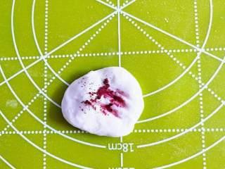 青蛙手撕馒头,装饰的小花是白色面团加入少量红曲米粉调制而成的浅粉色面团。
