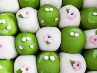 青蛙手撕馒头,把树叶和花装饰在白色面团上,提前用刷子刷点水在面团上,用牙签辅助装饰上。青蛙眼睛装饰绿色面团,如果有耐心,可以继续装饰,把剩下的粉色面团,捏出很小的圆点装饰成青蛙腮红。