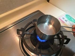 抹茶大理石磅蛋糕,水20克,细砂糖10克,放到火上加热融化成糖水。