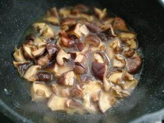 香菇炒芹菜,倒入没过香菇的水焖煮香菇大概三分钟
