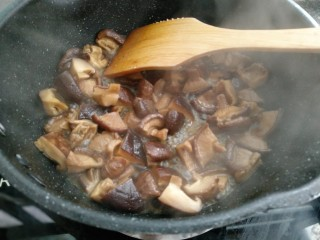 香菇炒芹菜,时间到了,香菇的味道很浓香