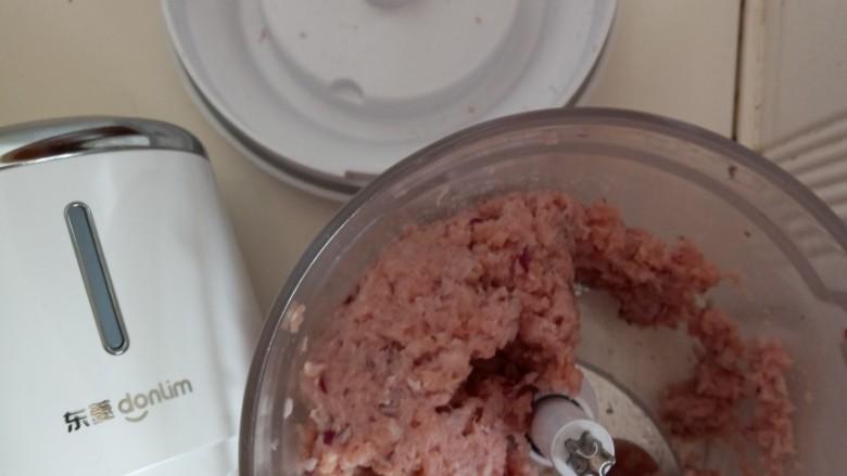 白菜肉丸炖粉条,打成肉泥