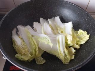 白菜肉丸炖粉条,放入娃娃菜炒软