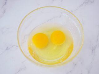 肉末水蒸蛋,鸡蛋打入容器中