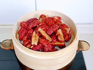 红糖枣糕别在外面买了~自己在家做~健康无添加,首先将红枣去核,隔水蒸熟。(食材中红枣的重量是去核后的量)