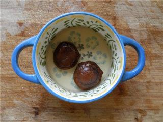 白玉酿肉,香菇洗净,用水泡软。