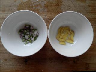 白玉酿肉,把葱切粒、姜切丝,分别放少许清水浸泡10分钟。