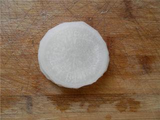 白玉酿肉,将五块萝卜片重叠放一起。