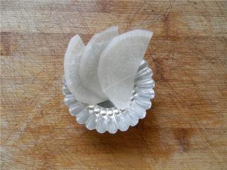 白玉酿肉,将白萝卜片顺时针摆在模具中。
