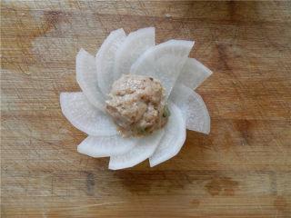 白玉酿肉,取猪肉沫揉成团,放花中心。