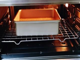红糖枣糕别在外面买了~自己在家做~健康无添加,将烤盘入烤箱下层的烤网上。