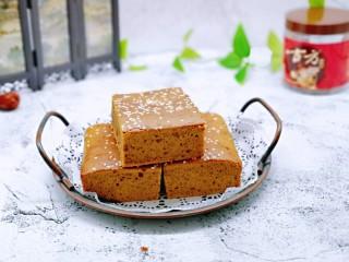 红糖枣糕别在外面买了~自己在家做~健康无添加,红糖枣糕出炉啦~晾凉后再脱模,切开即可享用。
