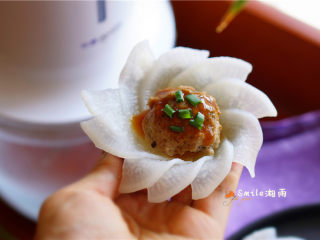 白玉酿肉,熬好的酱淋在肉丸上。放葱花装饰。