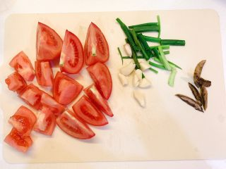 葱油番茄汤汁面,番茄洗干净切块,葱切段,香菇切片,蒜切块