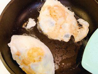 葱油番茄汤汁面,鸡蛋煎好待用