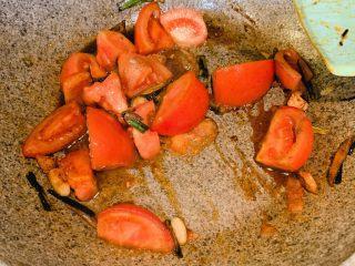 葱油番茄汤汁面,加入2勺生抽、1勺鸡精、1勺盐、1勺白胡椒粉、翻炒均匀