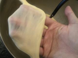 万能早餐-牛奶哈斯,拉开检查一下面筋。这里并没有明确要求要手套膜有光面就可以了。