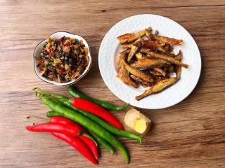 辣炒溪鱼干,首先把食材准备好,溪鱼干适量,紫苏咸菜适量,青辣椒4个,红辣椒4个,生姜15克。