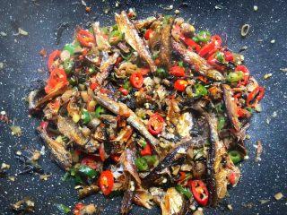 辣炒溪鱼干,焖好以后翻炒均匀,放入适量鸡精翻炒均匀即可出锅。