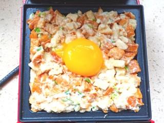 香煎土司饼,整好后,中间压一下,放入一个蛋黄