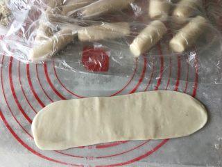 蛋黄酥(肉松麻薯蛋黄馅),将松弛好的油酥卷擀成长矩形