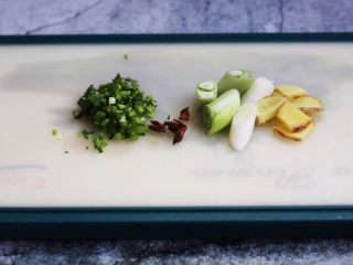 鲫鱼炖豆腐,将姜切片、葱切段、八角掰成小朵,香菜切成碎末。