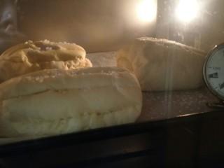 万能早餐-牛奶哈斯,烤箱180度烤20分钟到表面金黄就可以拿出来了。