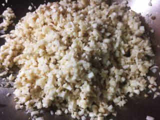 馄饨&水饺,鸡腿菇,切末用盐揉搓均匀,充分入味
