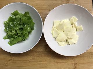 冬笋青椒墨鱼,2个青椒去籽后清洗干净,切成小块,冬笋也切成薄片。