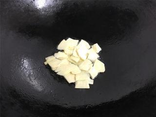 冬笋青椒墨鱼,油热后先放入冬笋片煸炒一下。