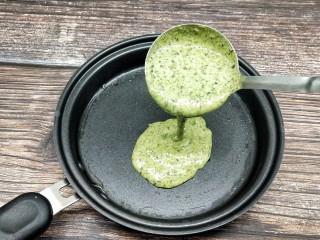 芹菜叶鸡蛋软饼,平底锅抹油,倒入一勺拌匀的面糊
