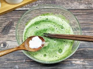 芹菜叶鸡蛋软饼,加入少许的盐调味